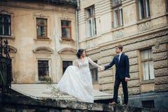 Sposo con la sposa che posa nel giorno delle nozze immagine stock libera da diritti