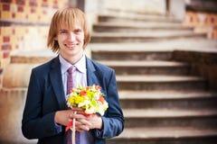 Sposo con un mazzo dei fiori immagine stock libera da diritti