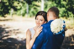 Sposo d'abbraccio della sposa Fotografia Stock