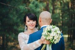 Sposo d'abbraccio della sposa Immagine Stock
