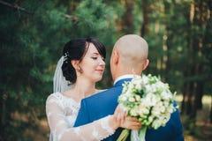 Sposo d'abbraccio della sposa Fotografie Stock Libere da Diritti