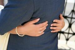 Sposo degli abbracci della sposa Immagine Stock