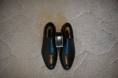 Sposo della cinghia di cuoio di marrone delle scarpe di vestito dagli accessori di modo del ` s degli uomini Immagini Stock