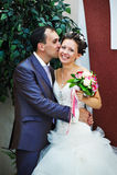 Sposo di bacio e sposa felice Immagini Stock