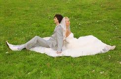 Sposo e sposa che si siedono di nuovo alla parte posteriore Fotografie Stock