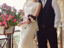 Sposo e sposa con il mazzo Immagini Stock