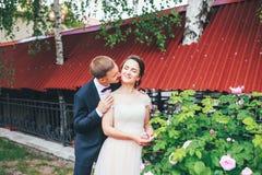 Sposo e sposa insieme Coppia abbracciare Giorno delle nozze Bella sposa e sposo elegante che camminano dopo la cerimonia di nozze Fotografia Stock Libera da Diritti