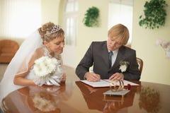 Sposo e sposa - registro dell'unione immagine stock