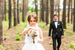 Sposo e sposa in un parco Mazzo nuziale di cerimonia nuziale dei fiori Fotografia Stock
