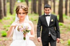 Sposo e sposa in un parco Mazzo nuziale di cerimonia nuziale dei fiori Fotografie Stock