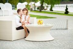 Sposo e sposa in un parco Vestito da cerimonia nuziale Mazzo nuziale di cerimonia nuziale Immagini Stock