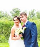 Sposo e sposa in un parco Vestito da cerimonia nuziale Mazzo nuziale di cerimonia nuziale dei fiori Fotografia Stock Libera da Diritti