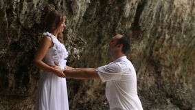 Sposo Embraces Bride Round la sua vita stock footage