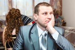 Sposo faticoso che attende una sposa Fotografia Stock