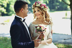 Sposo felice bello e sposa sorridente in vestito bianco elegante dentro Fotografie Stock
