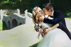 Sposo felice bello e sposa sorridente in vestito bianco elegante dentro Fotografia Stock