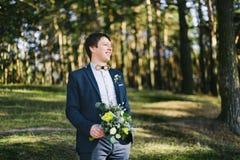 Sposo felice su un fondo degli alberi in foresta Fotografie Stock Libere da Diritti