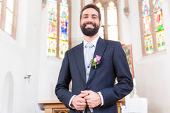 Sposo sulla sposa aspettante di nozze all'altare Fotografie Stock Libere da Diritti
