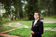Sposo in un'area verde che aspetta la sua sposa fotografia stock libera da diritti