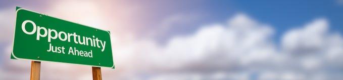Sposobność Drogowego znaka Zielony Szeroki sztandar z pokojem Dla teksta i d zdjęcie stock