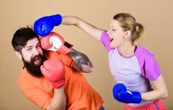 Sposobność może pukać nokaut i energia pary szkolenie w bokserskich rękawiczkach Szczęśliwa kobieta i brodaty mężczyzny trening w obrazy stock