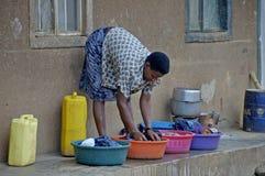 Sposobu życia w Uganda ludzie Matka myje jej dzieci wewnątrz Obrazy Royalty Free