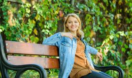 Sposoby ono dawać przerwie i cieszyć się czas wolnego Dziewczyna siedzi ławka spadku natury relaksującego tło Czuć swobodnie i re fotografia royalty free