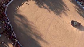 Spostamento aereo dell'automobile Vista aerea sull'automobile che va alla deriva, deriva di Blured del mosso Segni della gomma de archivi video