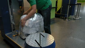 Spostamento della borsa del bagaglio dei bagagli al terminale di aeroporto stock footage