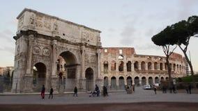 Spostamento di inclinazione di lasso di tempo - arco di Costantina e del Colosseum, Roma archivi video