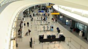 Spostamento di inclinazione di lasso di tempo dei viaggiatori dell'aeroporto video d archivio