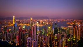 Spostamento di inclinazione Vista aerea dell'orizzonte di Hong Kong al tramonto Lasso di tempo video d archivio