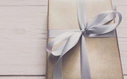 Spostamento di regalo Festa moderna presente in scatola Immagini Stock