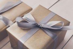 Spostamento di regalo Regalo di Natale moderno in scatole Fotografia Stock Libera da Diritti