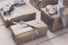 Spostamento di regalo Regalo di Natale moderno in scatole Immagine Stock