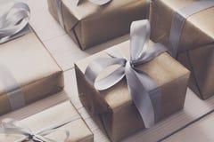 Spostamento di regalo Regalo di Natale moderno in scatole Immagini Stock Libere da Diritti