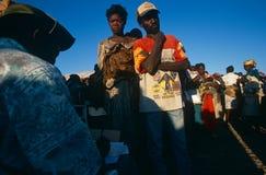 Sposti la gente in un accampamento in Angola. Immagini Stock