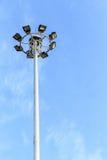 Spot-light башня на дороге на голубом небе Стоковое Изображение RF