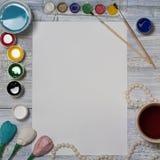 Spot omhoog Kunstenaarswerkruimte op uitstekende houten lijst: de waterverf, het Witboek, de verfborstels, het water, de parels e Royalty-vrije Stock Foto's