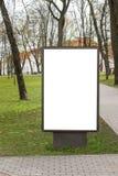 Spot omhoog Leeg aanplakbord in openlucht, openlucht reclame, openbare informatieraad dichtbij stadspark Royalty-vrije Stock Foto's