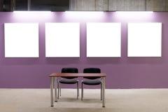 Spot omhoog Lege omlijstingen op roze muur in het zolderbinnenland Galerijmuur met lege affichekaders binnen Stock Foto's