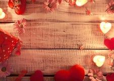 Spot omhoog met kaarsen, bloemen en harten op witte rustieke houten Royalty-vrije Stock Foto
