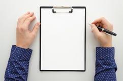 Spot omhoog met leeg klembord met document document, rapport, de pen van de mensenholding De werkruimtemodel van het Businnesbure royalty-vrije stock foto's