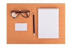 Spot omhoog op het kraftpapier-document Malplaatjesspatie met kantoorbehoeften Stock Foto's