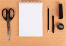 Spot omhoog op het kraftpapier-document Malplaatjesspatie met kantoorbehoeften Royalty-vrije Stock Foto's