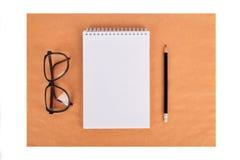 Spot omhoog op het kraftpapier-document Malplaatjesspatie met kantoorbehoeften Royalty-vrije Stock Afbeelding