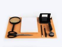 Spot omhoog op het kraftpapier-document Malplaatjesspatie met kantoorbehoeften Stock Afbeelding