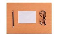 Spot omhoog op het kraftpapier-document Malplaatjesspatie met kantoorbehoeften Royalty-vrije Stock Foto