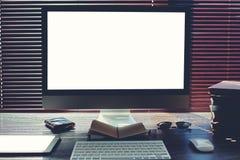 Spot omhoog van de ruimte van het freelancerwerk met PC-computer, weinig blocnote en digitale tablet met het lege exemplaar ruimt Royalty-vrije Stock Afbeeldingen