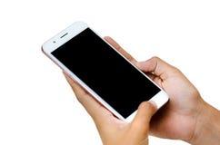 Spot omhoog van een apparaat van de mensenholding en wat betreft het scherm De knippende mobiele telefoon weg Witte van het achte stock foto's